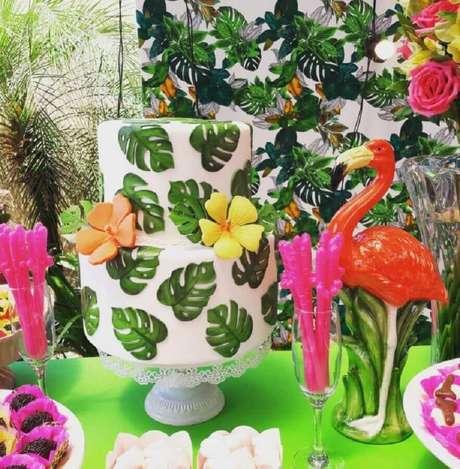 92. Linda decoração com bolo personalizado para festa flamingo tropical – Foto: Giovani Arguelho Eventos