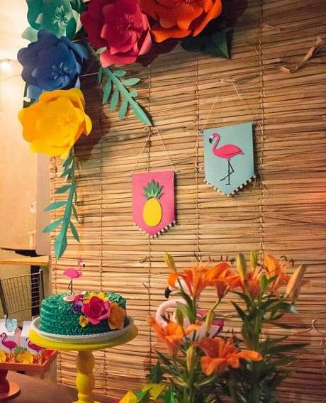 93. Painel rústico decorado com flores de papel para festa flamingo tropical – Foto: Tiquinho de Cor