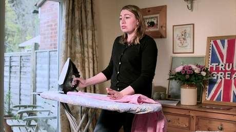 """Alena Kate Pettitt mora no Reino Unido e diz que quer """"estar submissa ao seu marido e mimá-lo como se fosse 1959"""""""