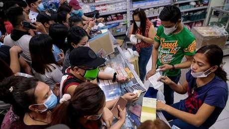 Pessoas em Manila correram para comprar máscaras depois que o primeiro caso de coronavírus foi confirmado nas Filipinas na semana passada