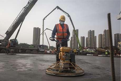 Operário trabalha no canteiro de obras do Hospital Huoshenshan
