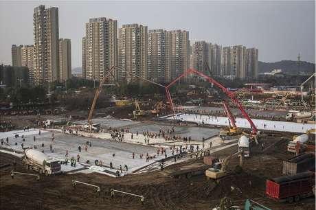 Centenas de operários trabalham na construção do Hospital Huoshenshan