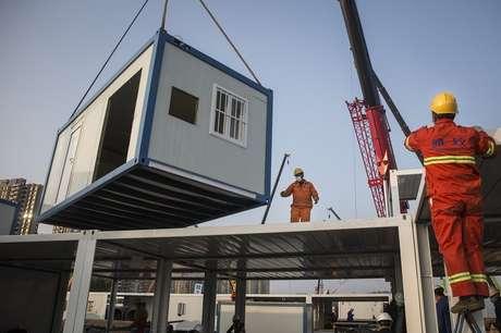 Estrutura pré-fabricada é içada no canteiro de obras do Hospital Huoshenshan
