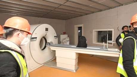Aparelho de tomografia é instalado dentro do hospital