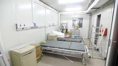Camas hospitalares são instaladas dentro da unidade