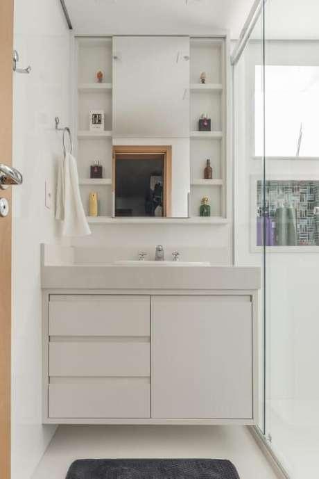 63. Espelho para banheiro claro com espelho pequeno vertical. Projeto de Sandra Pompe