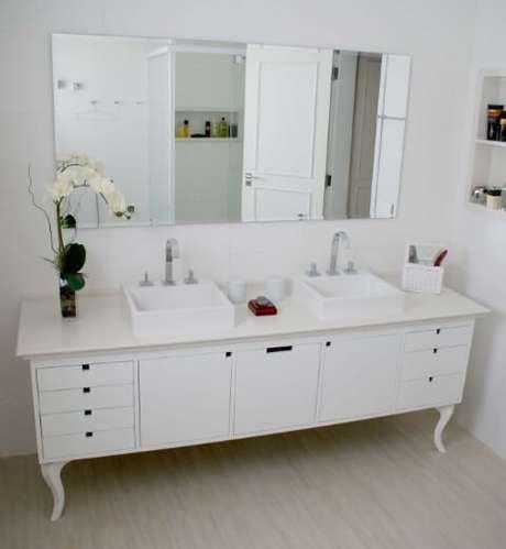 56. Banheiro com bancada clássica e espelho para banheiro horizontal. Projeto de Move Móvel