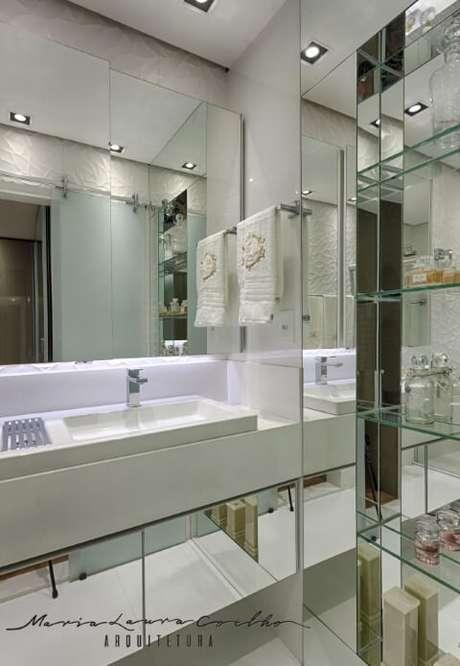 71. O espelho para banheiro todo espelhado dá maior sensação de amplitude ao ambiente. Projeto de Maria Laura Coelho