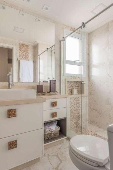 57. Espelho para banheiro simples em ambiente bem decorado. Projeto de Cassia Giacomazzi