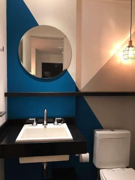 70. Banheiro com parede com três cores e espelho para banheiro redondo. Projeto de Casa On