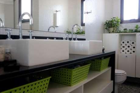 80. Banheiro de casal com espelho para banheiro amplo. Projeto de Valquiria Giroto de Franca