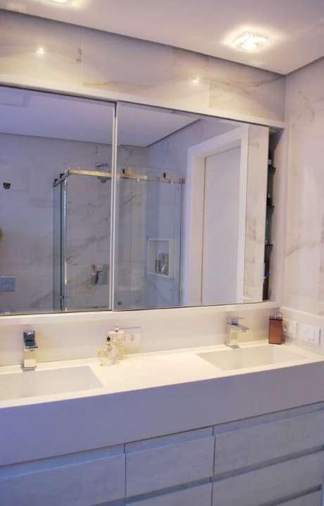 59. Banheiro de casal com espelho tipo espelheira dupla. Projeto de Ticiana Toniolo Tieppo