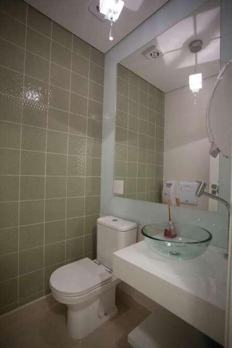 68. Banheiro de consultório com espelho para banheiro grande. Projeto de Simone Schneider