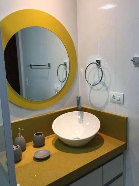 79. Espelho para banheiro de suíte com espelho redondo em fundo amarelo. Projeto de Marcia Rubinatti