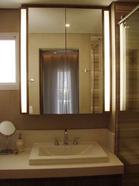 60. Banheiro em tons de marrom com espelheira iluminada. Projeto de Casa On