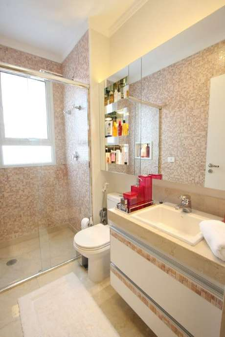 66. Banheiro para menina com espelho para banheiro longo e espaço para guardar produtos. Projeto de Cristiane Vassoler