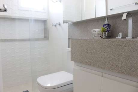 64. Espelho para banheiro com armário em cômodo claro. Projeto de Patricia Campanari