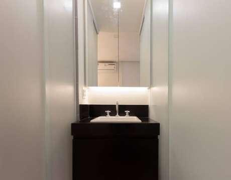 62. Banheiro simples com espelho com iluminação LED atrás. Projeto de Graziella Vadilletti