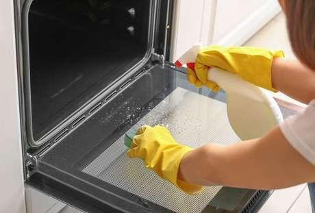 Como limpar o interior do fogão: veja o passo a passo no TudoGostoso