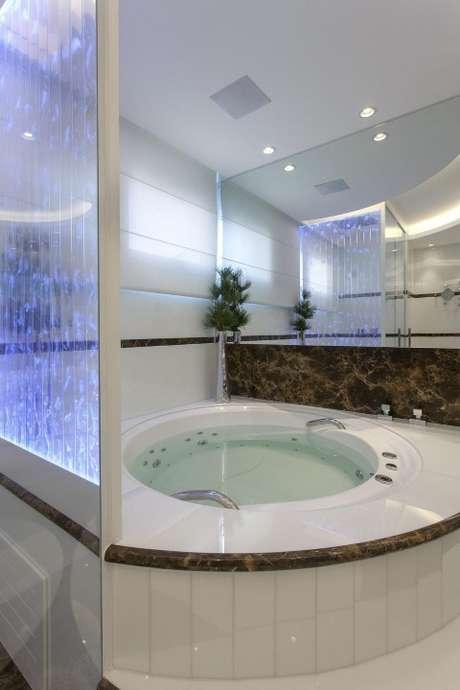 51. Ou o espelho para banheiro atrás da banheira. Projeto de Iara Kilaris