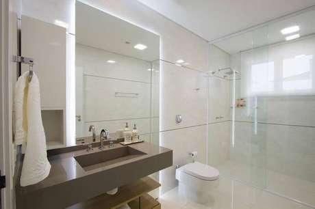 1. O espelho para banheiro com iluminação atrás deixa o ambiente mais bonito. Projeto por Studio Kza