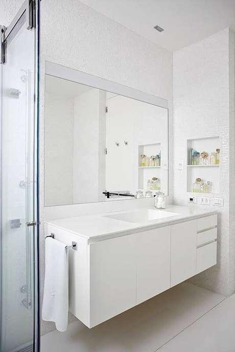 2. O espelho parabanheiro grande e claro fica com um toque minimalista. Projeto por Pascali Semerdjian