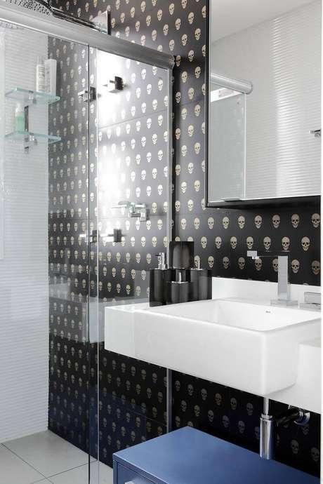 3. O modelo de espelho para banheiro com armário integrado, chamado de espelheira, otimiza os espaços. Projeto por Rodrigo Fonseca