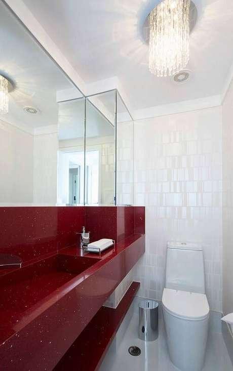 6. Revestir uma parede toda com espelho para banheiro faz o banheiro parecer maior e mais iluminado. Projeto por Erica Salguero