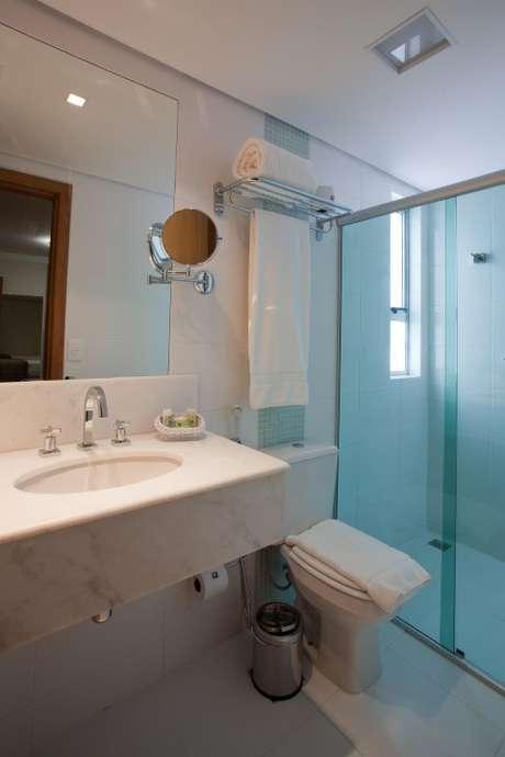 46. O espelho para banheiro de aumento pode ser muito bem-vindo no banheiro também. Projeto de Magda Braga