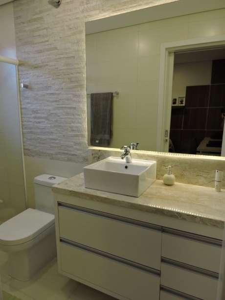 54. Uma nova tendência é o espelho para banheiro com iluminação de LED