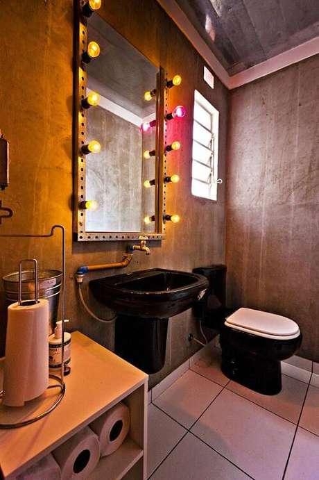 7. O espelho para banheiro com lâmpadas é moderno e diferente. Projeto por Enzo Sobocinski