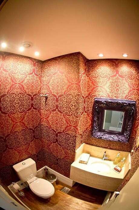 8. Espelho para banheiro com moldura grossa, dando mais personalidade ao banheiro. Projeto por Joana e Manoela