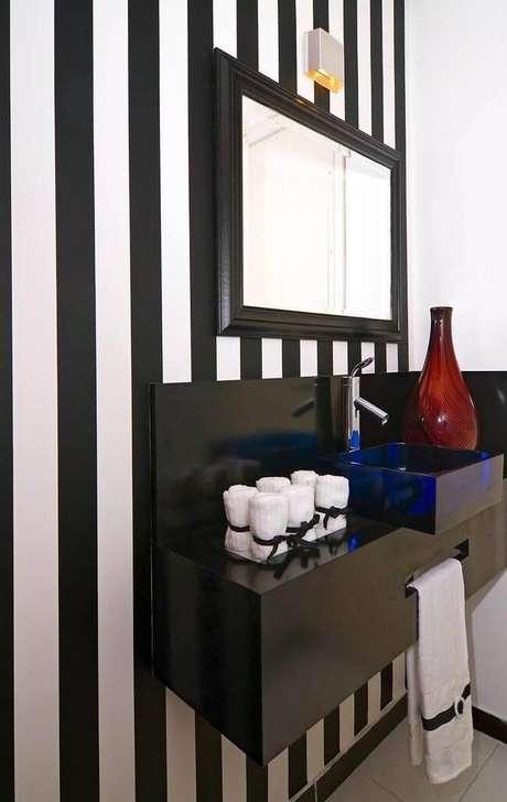 9. O espelho para banheiro pequeno com moldura demarca o espaço e chama a atenção sem deixar de combinar com o restante da decoração. Projeto por Maria Claudia Nassar