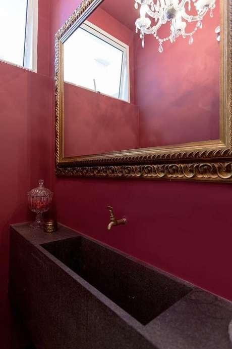 39. Espelho para banheiro com moldura em estilo clássico na cor dourada. Projeto de Tria Arquitetura