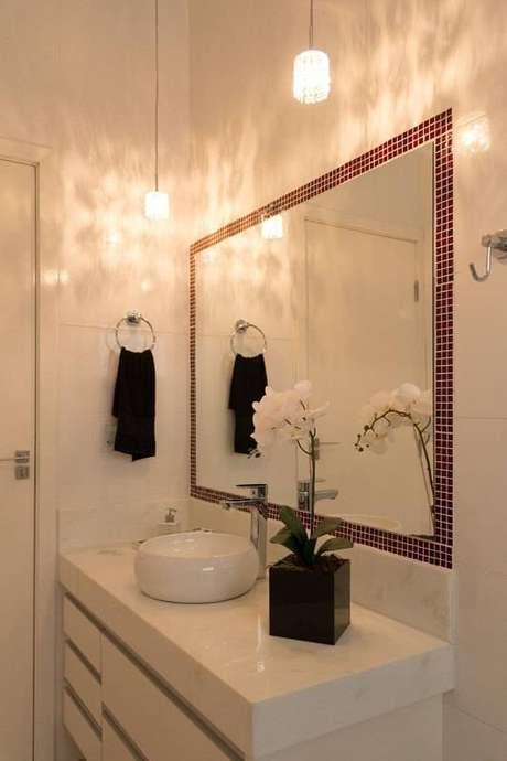 5. As pastilhas adesivas são ótimas alternativas de molduras para dar cor ao espelho para banheiro. Projeto por SA Engenharia e Arquitetura