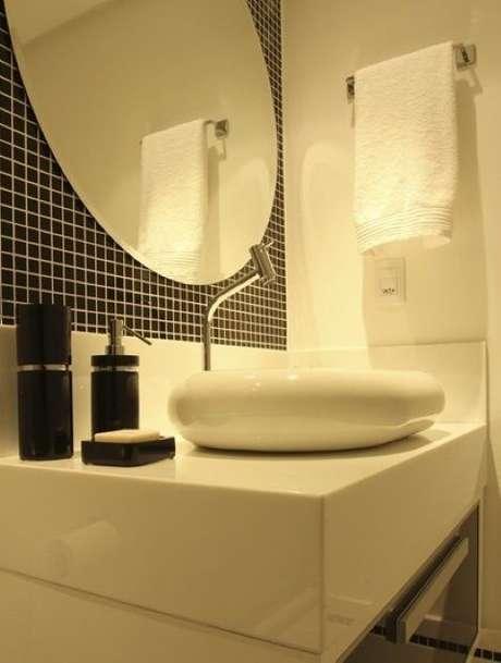 47. As pastilhas pretas destacam o espelho para banheiro redondo. Projeto de Karen Pelegrini Luz