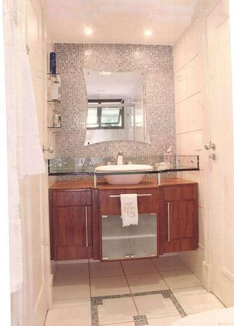 11. O espelho para banheiro com prateleira pontas evidentes é decorativo e funcional. Projeto por Elaine Fonseca