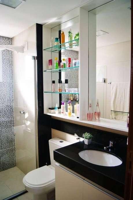 12. O modelo de espelho para banheiro com prateleira ajuda a organizar os cosméticos. Projeto por Priscila Fernandes