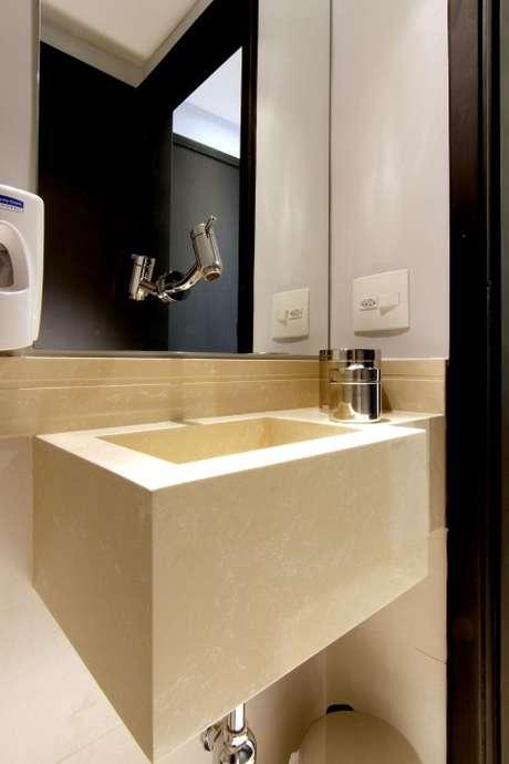 48. Neste exemplo, a torneira foi instalada sobre o espelho para banheiro. Projeto de Zark Studio Lab