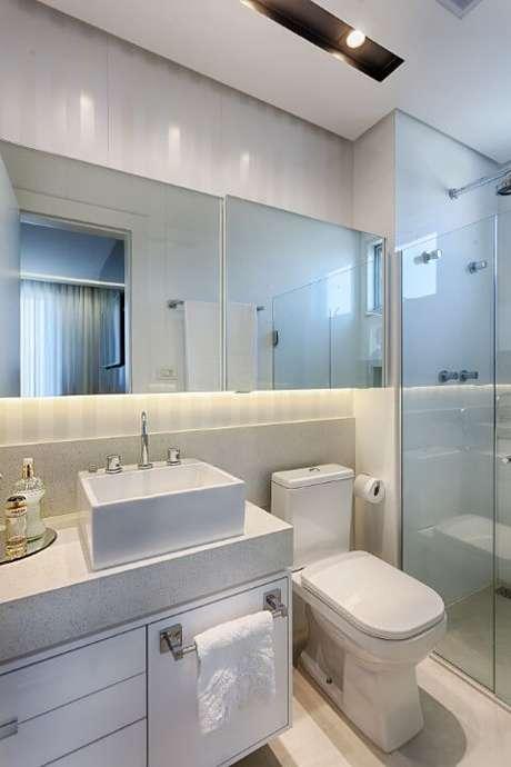 78. Espelho para banheiro com iluminação embutida. Projeto de Maria Laura Coelho