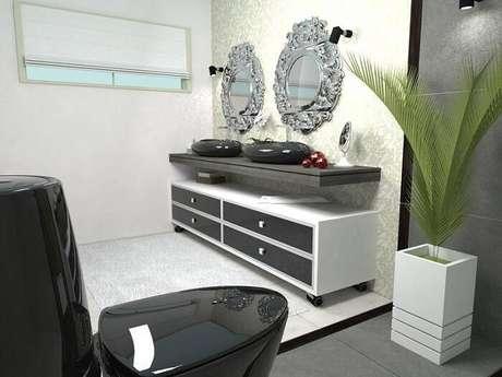 15. Os espelho para banheiro detalhados chamam a atenção e viram destaque do banheiro. Projeto por Daniel Poletti