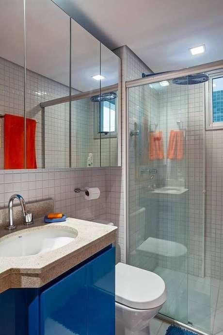 17. O espelho com armário ou espelheira otimiza o espaço do banheiro. Projeto por Karla Amaral Madrilis