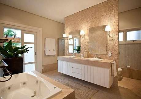 18. O espelho para banheiro duplo acompanha o mesmo estilo da cuba de casal e permite uma iluminação diferente. Projeto por Mauricio Karam