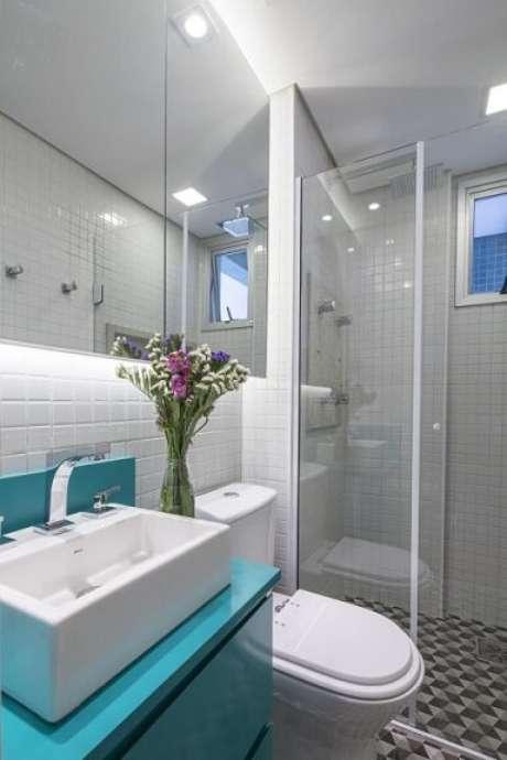 55. Espelho para banheiro em toda a parede com iluminação embutida. Projeto de Clarice Semerene