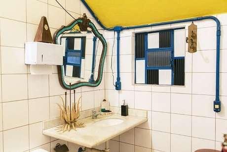44. Espelho para banheiro emoldurado em banheiro simples. Projeto de Casa Aberta