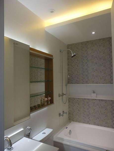 19. O espelho para banheiro com armário ou espelheira é ideal para espaços pequenos. Projeto por Maria Helena Torres