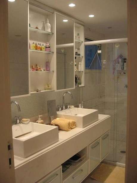 20. Armários para banheiro com espelho para banheiro e pia dupla, um exemplo de praticidade. Projeto por Escala Design