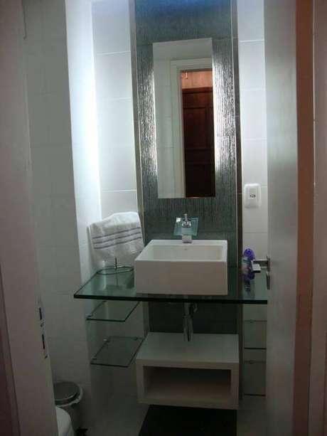 21. O espelho para banheiro estreito orna com o tamanho da cuba da pia. Projeto por Juliana Litwinski