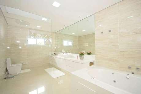 22. O espelho para banheiro dos sonhos tem espelho do tamanho da bancada e espaços amplos. Projeto por Belissa Corral.