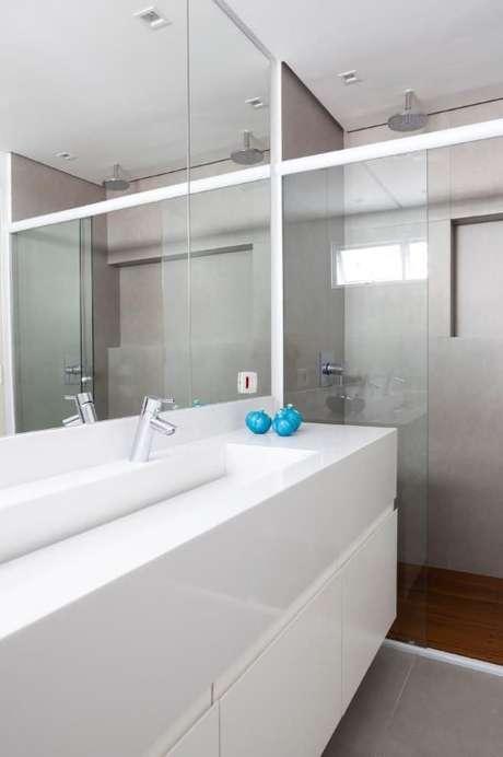40. Aqui, o espelho para banheiro acompanha o tamanho da bancada. Projeto de Tria Arquitetura
